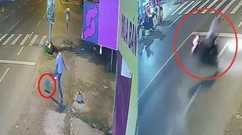 Dựng lại hiện trường vụ thanh niên 'vui chân' đá cục bê tông ra đường khiến cô gái ngã chấn thương sọ não