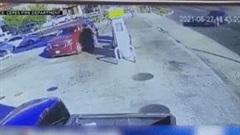 Say xỉn, nữ tài xế lao xe vào cây xăng gây cháy dữ dội