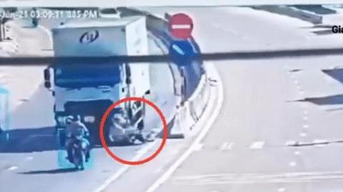 Giây phút xe máy tạt đầu xe tải, 2 người bị cán trúng đầy thương tâm