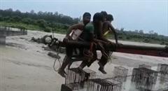 Dùng cần cẩu giải cứu 4 công nhân bị mắc kẹt giữa dòng lũ xiết
