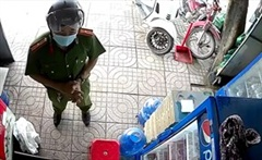 Chiến sĩ công an chỉ mất 38 giây thuyết phục người dân đóng cửa hàng