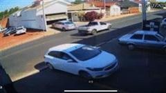 Sự cố hy hữu: 2 xe chạm đuôi nhau khi cùng lùi khỏi chuồng
