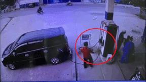 Tài xế 'dập cò' để ăn bớt tiền của nhân viên cây xăng