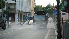 Cận cảnh dàn xe đặc chủng đang phun khử khuẩn diện rộng trên các tuyến phố Hà Nội