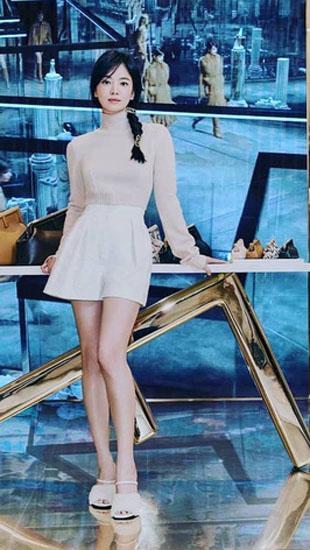 Lịm đi vì Song Hye Kyo dự sự kiện cao cấp: U40 mà tưởng idol 20 tuổi, chân dài và eo siêu nhỏ thế này định đọ với Lisa hay gì?