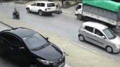 Suýt bị tông, hai cô gái vẫn bình thản dừng xe 'buôn chuyện'