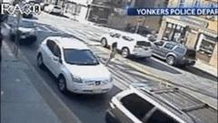 Cảnh sát dùng tay không nâng ô tô của tài xế say rượu cứu hai mẹ con