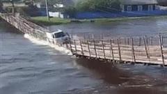 Cố tình băng qua cầu treo, xe tải bị nước lũ cuốn trôi