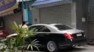 Vợ chặn đầu xe ô tô đánh ghen: Không ngừng quát tiểu tam, lấy gạch đập nát kính xe tiền tỷ của chồng và cái kết kinh hoàng