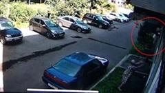 Người phụ nữ lớn tuổi bắt kịp bé trai rơi khỏi cửa sổ nhà chung cư