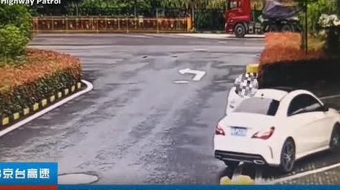 Dừng xe đột ngột trên đường cao tốc, cặp đôi có hành động 'bất thường' đến cảnh sát cũng phải bó tay