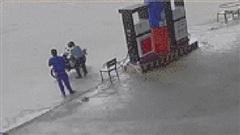 Clip: Bị nhắc đeo khẩu trang, nguyên PCT một huyện lao vào đánh nhân viên cây xăng