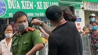 Hà Nội: Cặp vợ chồng xăm trổ hung hăng thách thức công an, đạp rào 'thông chốt' vào chợ Yên Phụ, còn tự livestream để... làm bằng chứng!