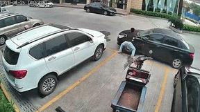 Tròn mắt xem nam thanh niên dùng tay không đẩy ô tô để lấy lối đi