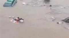 Người đàn ông dũng cảm cứu 5 tài xế mắc kẹt trong ô tô bị lũ nhấn chìm