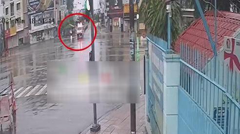 Kinh hoàng xe con vượt đèn đỏ đâm lật xe cứu thương ở TP.HCM trước giờ hạn chế đi lại