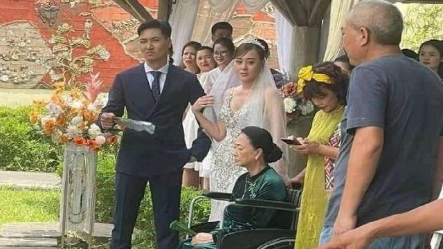 'Hương vị tình thân': Lộ loạt ảnh cưới của Nam - Long, bà Dần ngồi xe lăn, bà Bích nhìn như tắc kè hoa