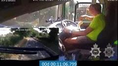 Mải dùng smartphone, tài xế xe tải gây tai nạn kinh hoàng