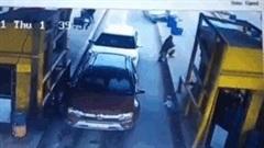 Ô tô lao thẳng vào trạm thu phí, húc bay 2 người đi bộ