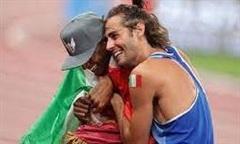 Hai VĐV nhảy xa bằng nhau, cùng được trao HCV Olympic