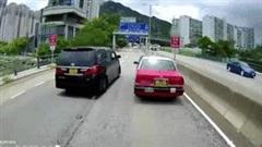 Hai ôtô 'cà khịa' nhau trên đường bị xe ben cho tắm bùn