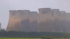 Khoảnh khắc 4 tháp giải nhiệt nhà máy điện bị đánh sập trong tích tắc