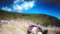 Lái xe lên núi ngắm cảnh, gia đình chứng kiến cảnh tượng kinh hoàng, 1 người không kịp nhảy ra vì lý do khó ngờ