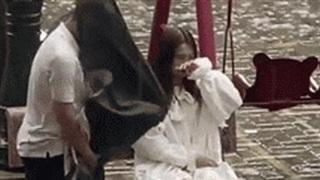 Cô gái dầm mưa ngồi giữa sân, người yêu tiến đến rồi có hành động 'ngoài sức tưởng tượng' sau một câu chửi!