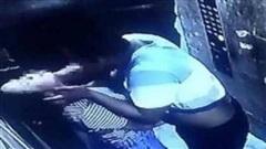 Bị cưỡng hôn trong thang máy, cô gái phản ứng bằng 1 hành động bất ngờ khiến thủ phạm phải dừng ngay hành động xấu xa