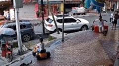 Bố phản ứng cực nhanh cứu con trai lao xe đồ chơi xuống bậc thềm