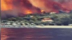 Đảo Hy Lạp chìm trong biển lửa, kinh dị như trong phim thảm họa