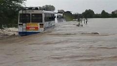 Giải cứu 40 hành khách trên chiếc xe buýt mắc kẹt giữa dòng lũ dữ