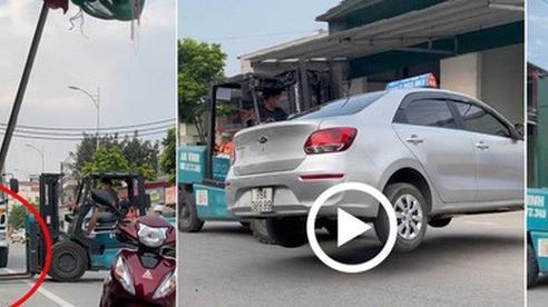 Đỗ xe chắn cửa nhà dân, tài xế tá hỏa khi chiếc taxi 'không cánh mà bay'