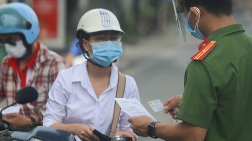 Hà Nội siết chặt kiểm soát giấy đi đường, nhiều người xếp hàng tại UBND phường xin xác nhận