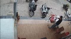 Người phụ nữ điều khiển xe máy bất ngờ lao lên vỉa hè, xô đổ bàn đồ ăn