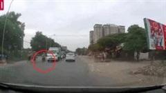 Tránh chó chạy sang đường, người đi xe máy suýt bị ô tô đâm