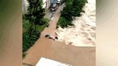 Người đàn ông dũng cảm cứu cô gái đi xe máy bị lũ cuốn xuống sông