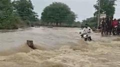 Khoảnh khắc sinh tử của người đàn ông đi xe máy cố băng qua dòng nước lũ