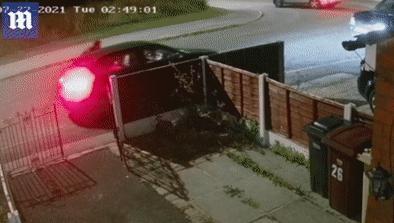 Trộm lấy Mercedes chở cả 3 đứa trẻ, phóng xe hất ông bố xuống đường