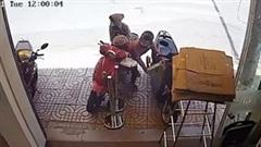 Người phụ nữ chở theo 2 bé gái vẫn cố nhoài người bê trộm thùng sữa
