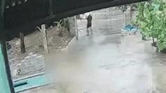 Khoảnh khắc sét đánh 'cháy đất', người đàn ông đứng gần thoát chết