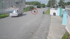 Xe tải sang đường thiếu quan sát khiến nam thanh niên gặp nạn