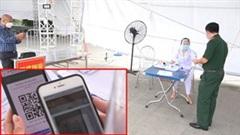 Tài xế quét QRcode để vào thành phố tại các chốt cửa ngõ Hà Nội