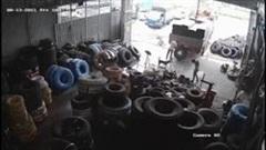 Lốp xe tải phát nổ như bom, 2 người đứng gần may mắn thoát nạn