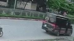 Khoảnh khắc hai thanh niên chạy xe máy lao thẳng vào đuôi xe Limousine