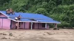 Giải cứu gia đình bị mắc kẹt trên nóc nhà giữa dòng nước lũ cuồn cuộn