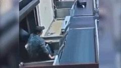 Nam hành khách say rượu đi trên băng chuyền hành lý và cái kết