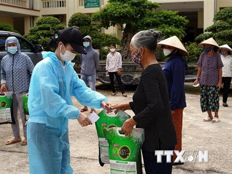 Tiếp sức cho cuộc chiến cam go chống 'giặc COVID-19' ở Hà Nội