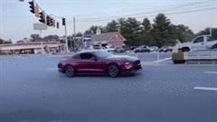 Trổ tài drift xe trên phố, tài xế gây tai nạn rồi bỏ chạy