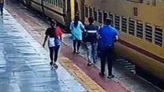 Thót tim cứu người phụ nữ trượt chân xuống đường ray khi tàu đang chạy
